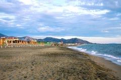 Италия, пляж, море, гора, песок, небо, остатки Стоковое фото RF