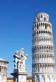 Италия полагаясь башня pisa Стоковое Изображение