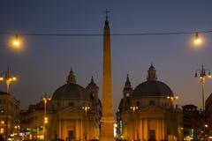 Италия, Рим - 10-ое декабря 2018 Квадрат людей - Аркада del Popolo - взгляд ночи Церковь dei Miracoli Santa Maria стоковые фотографии rf