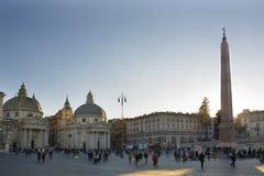 Италия, Рим - 10-ое декабря 2018 Квадрат людей - Аркада del Popolo - взгляд Церковь dei Miracoli Santa Maria и стоковые фото