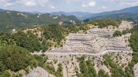 Италия Сценарная трасса к перевалу Mandrioli Уклончивые кривые стоковое изображение