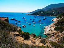 Италия, Тоскана, Maremma, остров Giglio, взгляд пляжа cannelle Стоковые Изображения RF