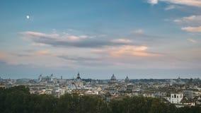 Италия rome Вечер Transiton к ночи Timelapse Восход луны над горизонтом Рима, городским пейзажем с известными ориентирами сток-видео