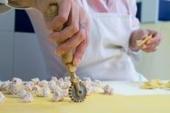 Италия, sfoglina режа свежие макаронные изделия Стоковое фото RF