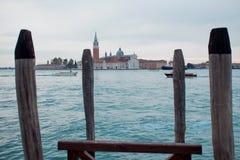 Италия venice Гондолы и красивый фонарный столб на переднем плане Стоковое Изображение