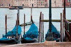 Италия venice Гондолы и красивый фонарный столб на переднем плане Стоковая Фотография