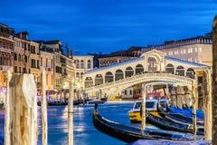 Италия venice Мост Rialto и грандиозный канал на twilight голубом часе Гондолы на переднем плане Концепция туризма и перемещения Стоковое Фото