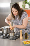 итальянка еды кашевара плюс подготовлять женщину размера стоковые фотографии rf