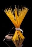 итальянка черноты над спагетти макаронных изделия стоковое фото