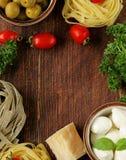 Итальянская еда - оливки, макаронные изделия, сыр, томаты, масло стоковые изображения