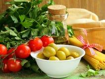 Итальянская еда - оливки, макаронные изделия, сыр, томаты, масло стоковое фото rf