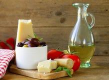 Итальянская еда - оливки, макаронные изделия, сыр, томаты, масло стоковые фото