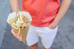 Итальянская еда улицы зажарила рыб, креветок, calamari и овощей морепродуктов стоковые изображения