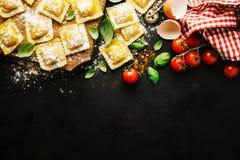 Итальянская здоровая предпосылка еды с космосом экземпляра стоковая фотография