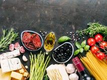 Итальянская концепция кухни и итальянской кухни с космосом экземпляра стоковое фото
