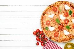 Итальянская пицца с моццареллой, томатами вишни и соусом стоковая фотография rf