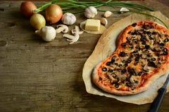 Итальянская пицца с сыром моццареллы, грибами, черными оливками и зеленым луком Стоковое Фото