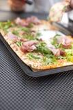 Итальянская пицца с arugula и ветчиной Очень вкусная традиционная еда для обеда печь домодельный Взгляд сверху скопируйте космос стоковое фото