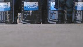 Итальянская полиция в линии во время G7 в Taormina Сицилии сток-видео