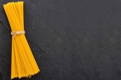 Итальянская предпосылка еды с спагетти Предпосылка шифера, еда Стоковое фото RF
