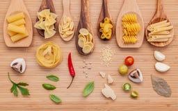 Итальянская принципиальная схема еды Различный вид макаронных изделий в деревянном острословии ложек Стоковые Фотографии RF