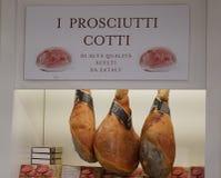 Итальянская смертная казнь через повешение ветчины ветчины в магазине ` s мясника стоковая фотография