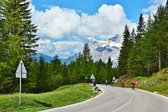 Итальянские доломиты - взгляд на велосипедистах в пропуске Tres Troci Стоковые Изображения RF