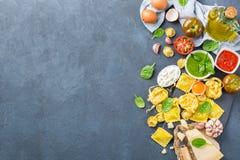 Итальянские еда и ингридиенты, томатный соус pesto tortellini макаронных изделий равиоли Стоковые Изображения RF