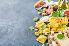 Итальянские еда и ингридиенты, томатный соус pesto tortellini макаронных изделий равиоли Стоковые Изображения