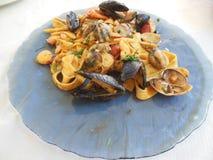 Итальянские макаронные изделия морепродуктов на плите стоковое фото rf