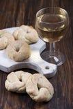 Итальянские печенья вина и стекло белого вина Стоковые Фото