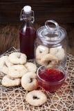 Итальянские печенья вина и стеклянный опарник с печеньями вина Стоковые Фото