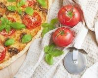 Итальянские пицца, томаты и нож для резать пиццу, Стоковая Фотография RF