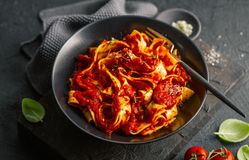 Итальянские спагетти с томатным соусом, который служат на плите стоковая фотография