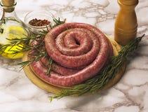 итальянские сырцовые сосиски стоковые изображения rf