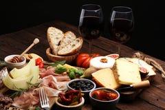 Итальянские установленные закуски вина antipasti Разнообразие сыра, среднеземноморское стоковые изображения rf