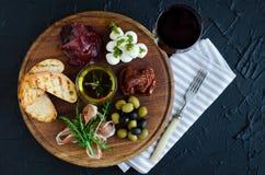 Итальянские установленные закуски вина antipasti стоковое изображение rf