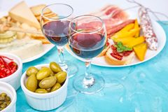 Итальянские установленные закуски вина antipasti Brushettas на голубой предпосылке стоковая фотография rf