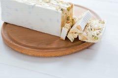 Итальянские torrone или нуга с миндалинами на белом деревянном столе, концом вверх с выбранным фокусом стоковая фотография rf