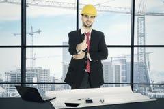 Итальянский архитектор показывая большой палец руки вверх в офисе стоковое фото rf