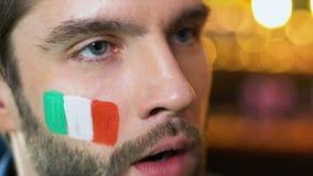 Итальянский мужской вентилятор делая жест ладони стороны, осадил о любимой безнадежной игре команды видеоматериал