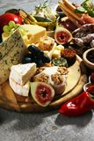 Итальянский набор закусок вина antipasti Разнообразие сыра, среднеземноморские оливки, crudo, di Парма ветчины, салями и вино в с стоковое фото
