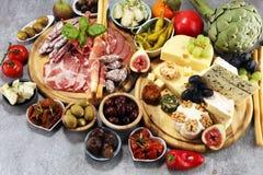 Итальянский набор закусок вина antipasti Разнообразие сыра, среднеземноморские оливки, crudo, di Парма ветчины, салями и вино в с стоковое изображение rf