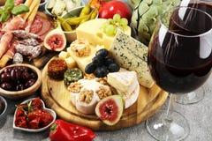 Итальянский набор закусок вина antipasti Разнообразие сыра, среднеземноморские оливки, crudo, di Парма ветчины, салями и вино в с стоковая фотография rf