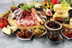 Итальянский набор закусок вина antipasti Разнообразие сыра, среднеземноморские оливки, crudo, di Парма ветчины, салями и вино в с стоковое фото rf