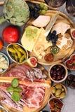 Итальянский набор закусок вина antipasti Разнообразие сыра, среднеземноморские оливки, crudo, di Парма ветчины, салями и вино в с стоковое изображение