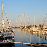 Итальянский порт с меньшими яхтами и колесом ferris Стоковое Изображение