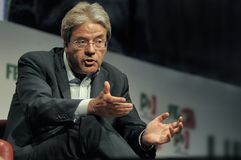 Итальянский премьер-министр Paolo Gentiloni Демократической партии во время интервью стоковое изображение rf