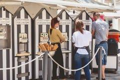 Итальянский продавец мороженого и его работники стоковое фото