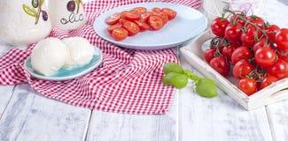 Итальянский салат с caprese Салат свежих овощей и сыра керамический tableware Открытый космос для текста Полотенце в красной клет Стоковое Изображение